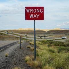 Bord met opschrift wrong way